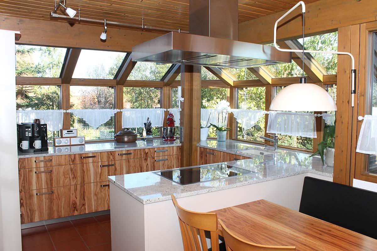 Einbauküche vor Fensterfront