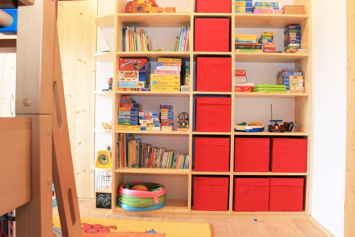 Regal in Kinderzimmer für Spielsachen und Bücher