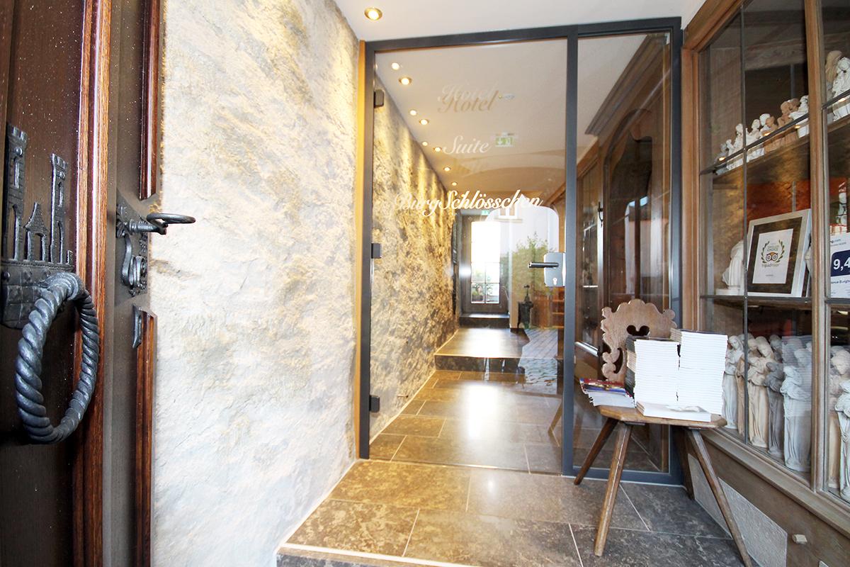 Eingang Hotel mit Ganzglastür