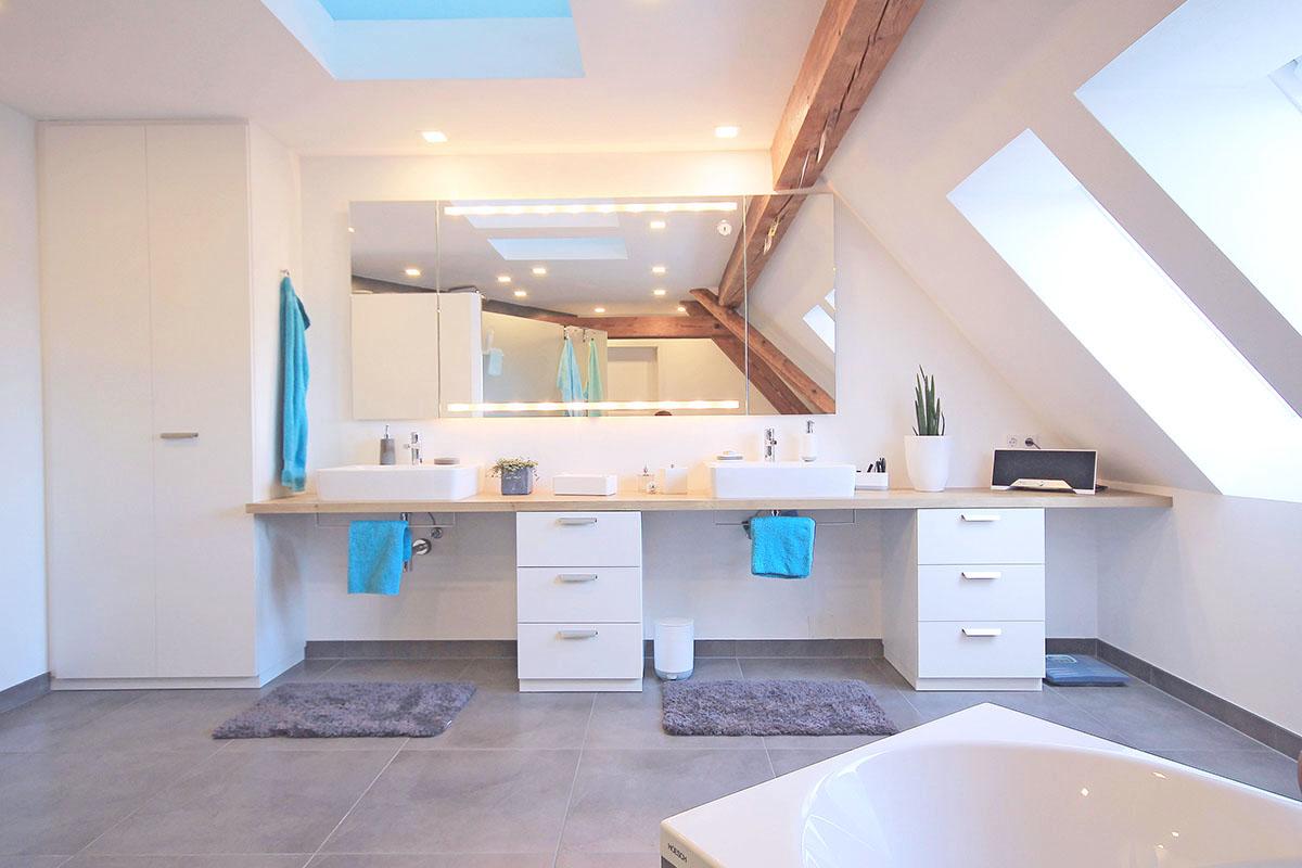 Waschtisch Bad mit Falttürenschrank