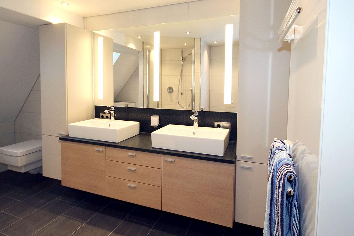 Waschtisch Bad mit beleuchtetem Spiegel