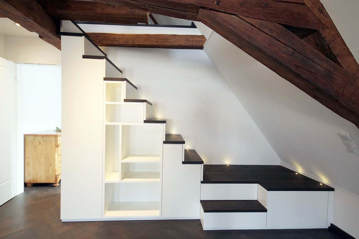 Treppenschrank mit Einbauten