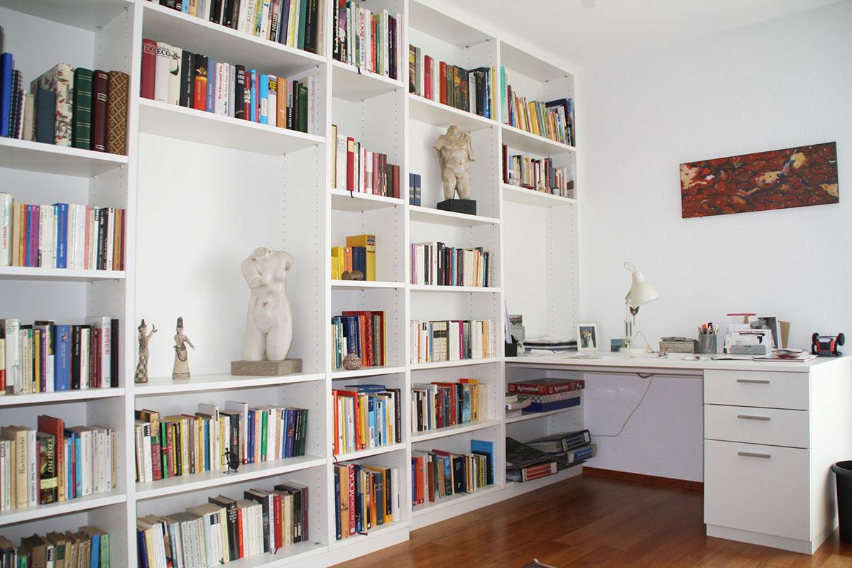 Bücherregal in weiß mit Schreibtisch