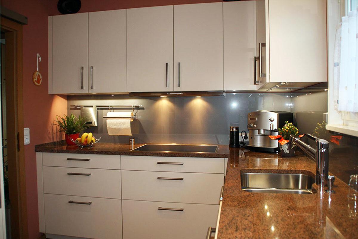 Einbauküche mit Glasnischenrückwand