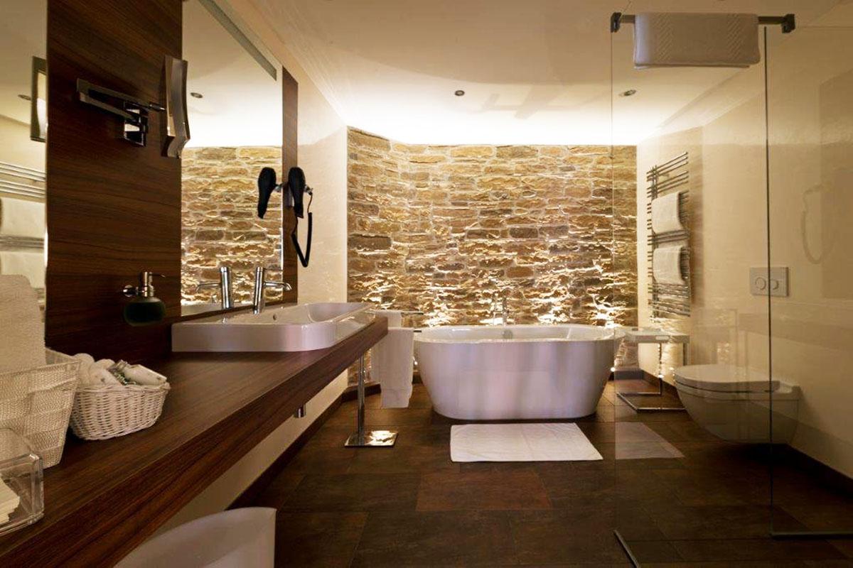 Bad mit freistehender Wanne in Hotelzimmer