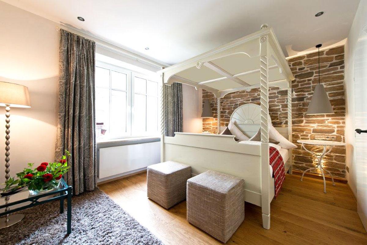 Hotelzimmer mit restauriertem Bett