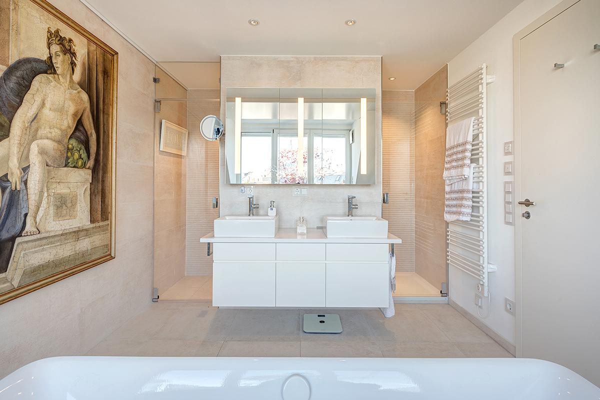 Waschtisch mit beleuchtetem Spiegel