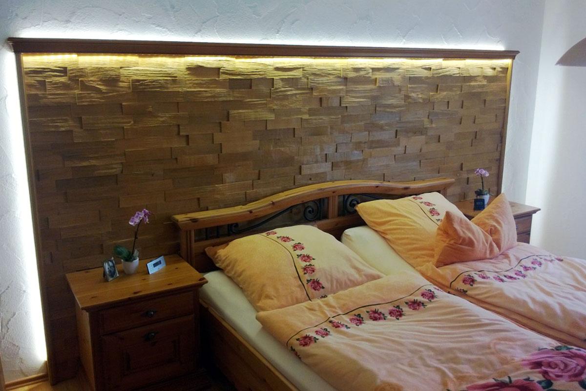 Wandverkleidung Schlafzimmer mit Beleuchtung
