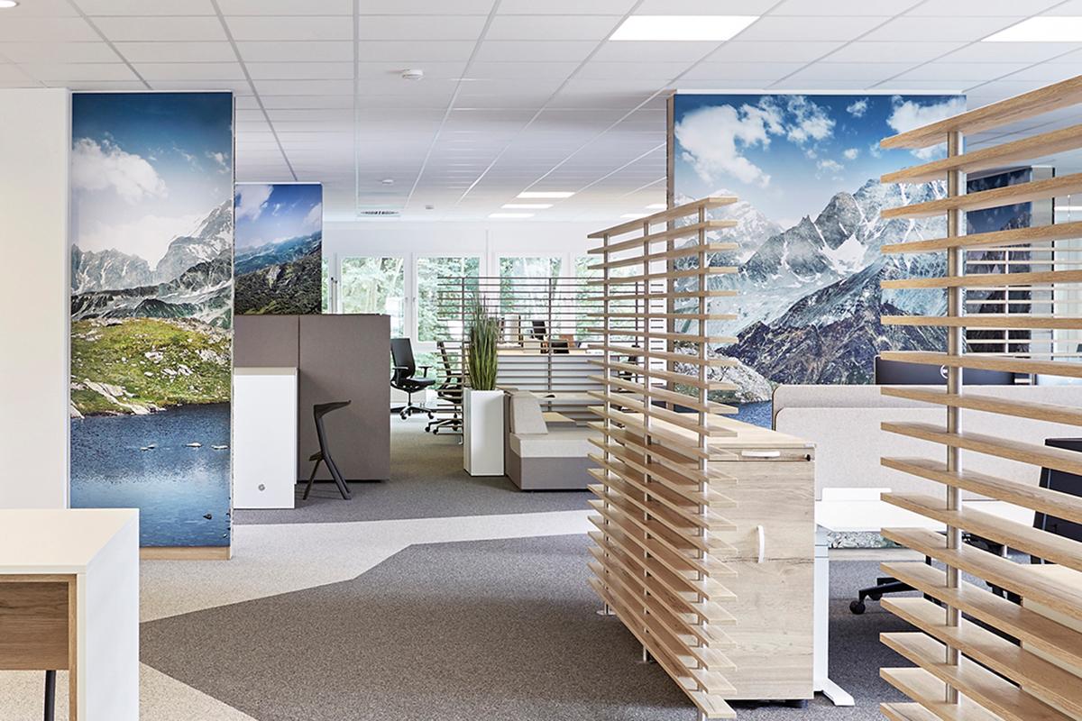 Büroeinrichtung in IT Firma mit Raumteilern
