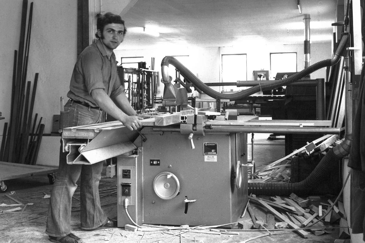 Schreiner sägt an Kreissäge 1975