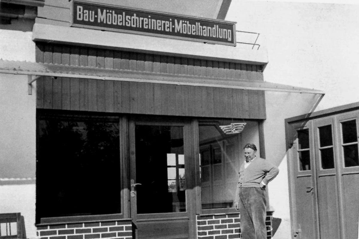 Georg Hornung vor Schreinerei 1950