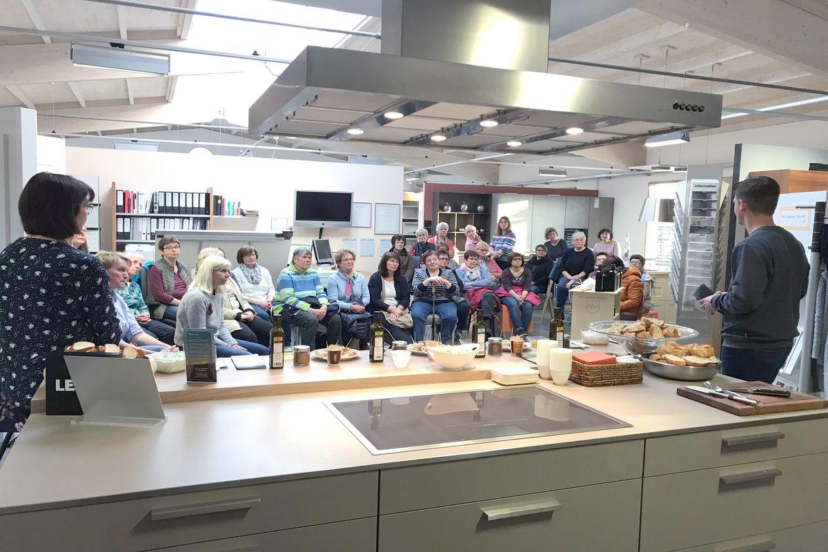 Landfrauen sitzen im Küchenstudio und hören einem Vortrag zu