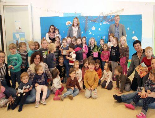 Geldübergabe an den Kindergarten Oestheim