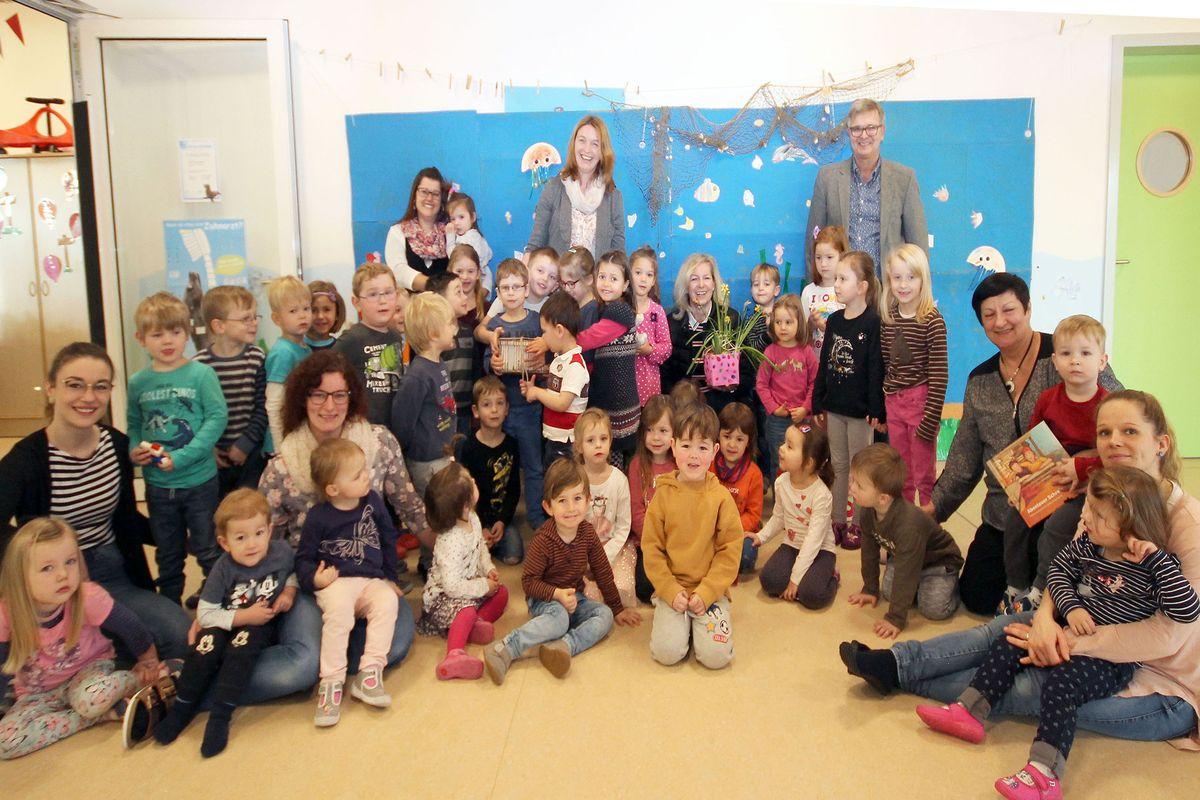 Gruppenbild mit Kindern des KiGa Oestheim bei der Geldübergabe