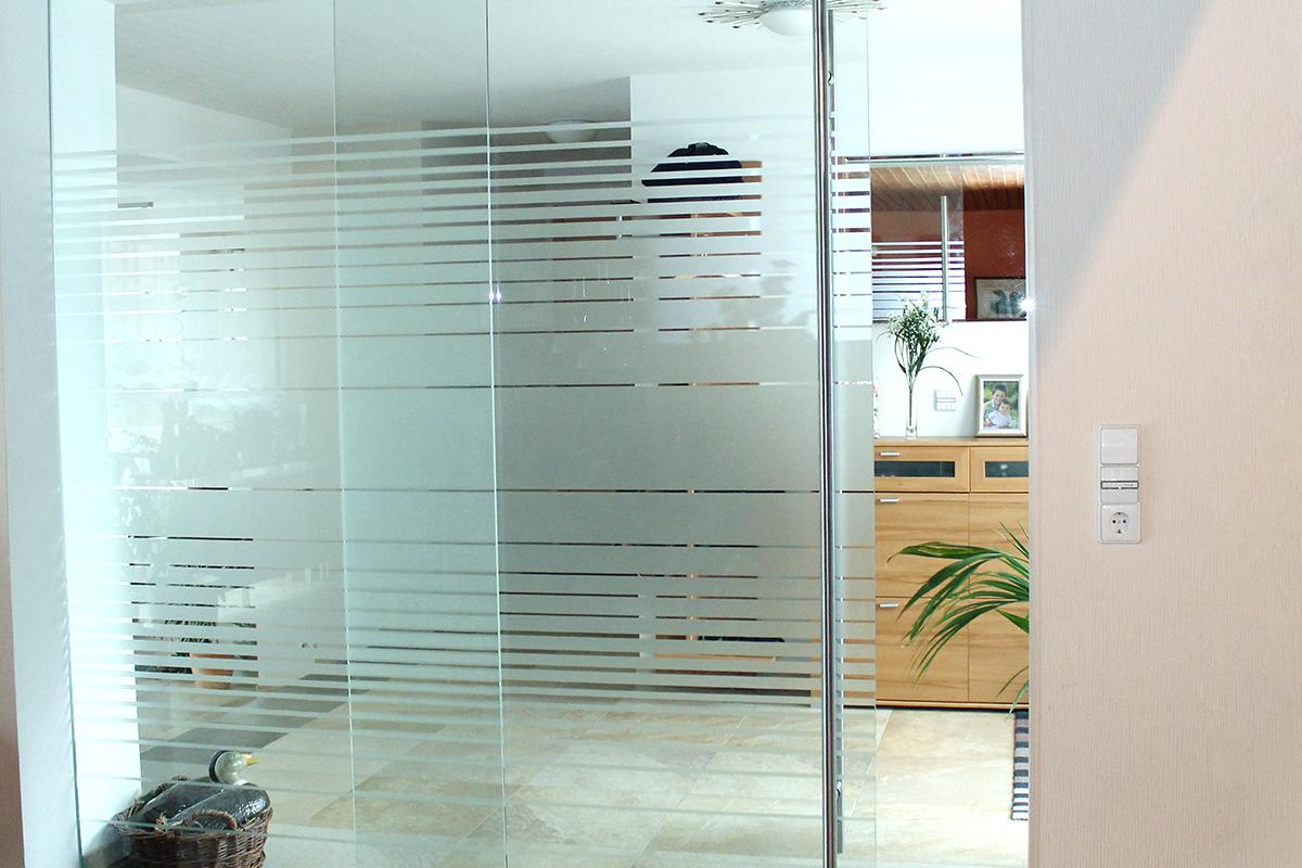 Glastür als Abtrennung zwischen Wohnen und Flur