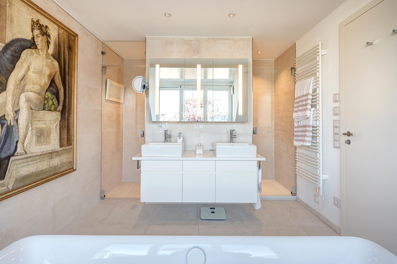 Wandansicht Waschtisch Bad in weiß