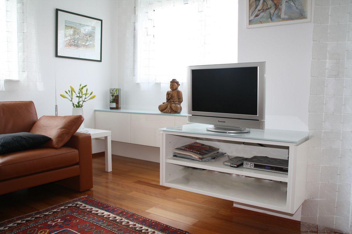 Ansicht Wohnzimmer mit Einbauten in weiß